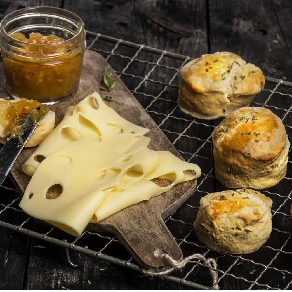 Thymian-Scones mit Mandarinenmarmelade und Käse