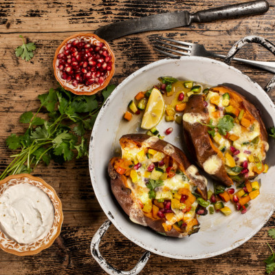 Süßkartoffel-Kumpir mit Kürbis-Zucchini-Gemüse
