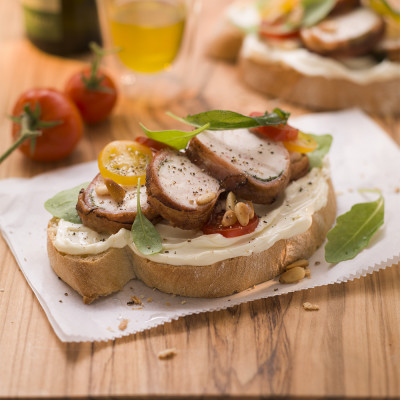 Toskanabrot mit Hähnchen-Saltimbocca, Salbei und Rucolasalat