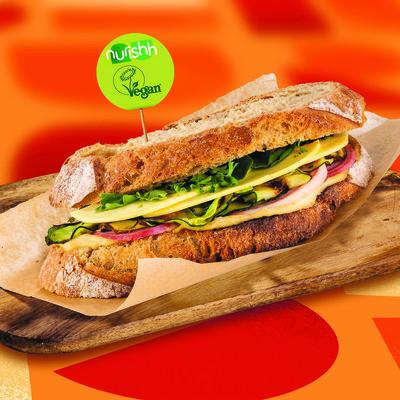 Gegrilltes Zucchini-Sandwich mit roter Beete und Hummus
