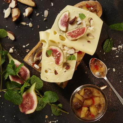 Käsebaguette mit Apfel-Feigen-Chutney, frischen Feigen und Paranüssen