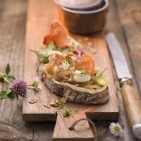 Bauernbrot mit geschmolzenen Zwiebeln, Schinkenchips und Petersiliensalz