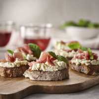 Prosciutto, Basilikum und Boursin Crostinis