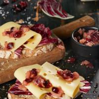 Käsebrot mit Radicchio und Birnen-Cranberry-Chutney