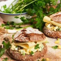 Käsebrötchen mit Kapern-Ei-Mayonnaise und Frühlingszwiebeln